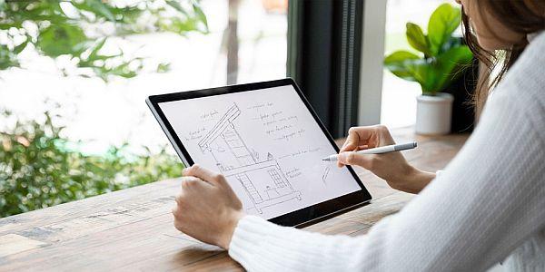 zelfstandig ondernemer architecte werkt aan een tekening op een tablet